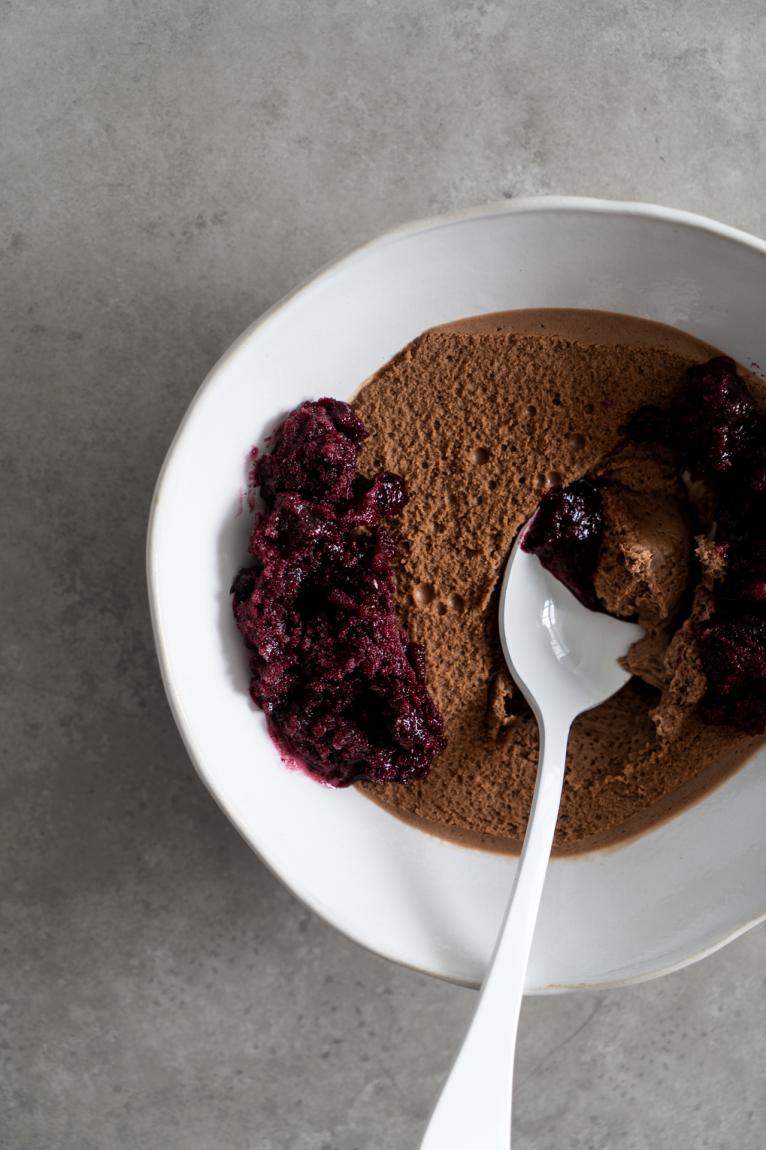 Mousse de chocolate com raspadinha de jabuticaba