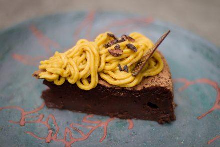 Bolo cremoso de chocolate com cajá