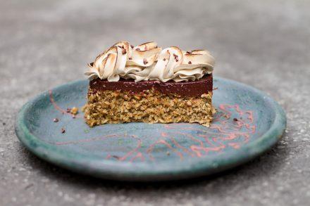 Torta de cocada assada com chocolate e maracujá