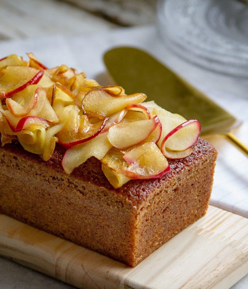 Bolo de mel com maçã caramelada