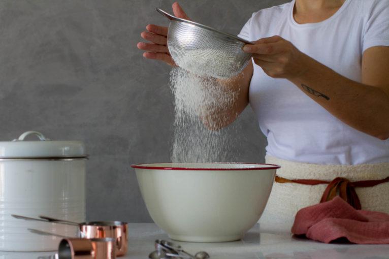 peneirar-farinha-de-trigo