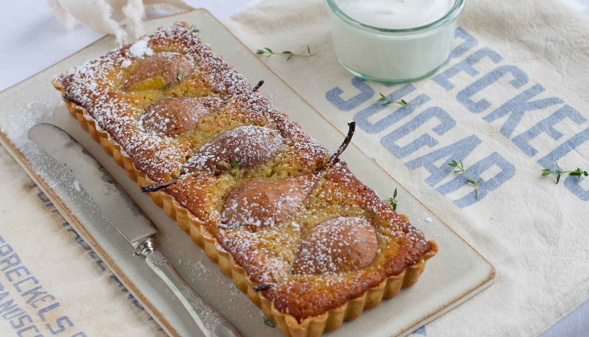 Torta cremosa de amêndoa com pera e tomilho