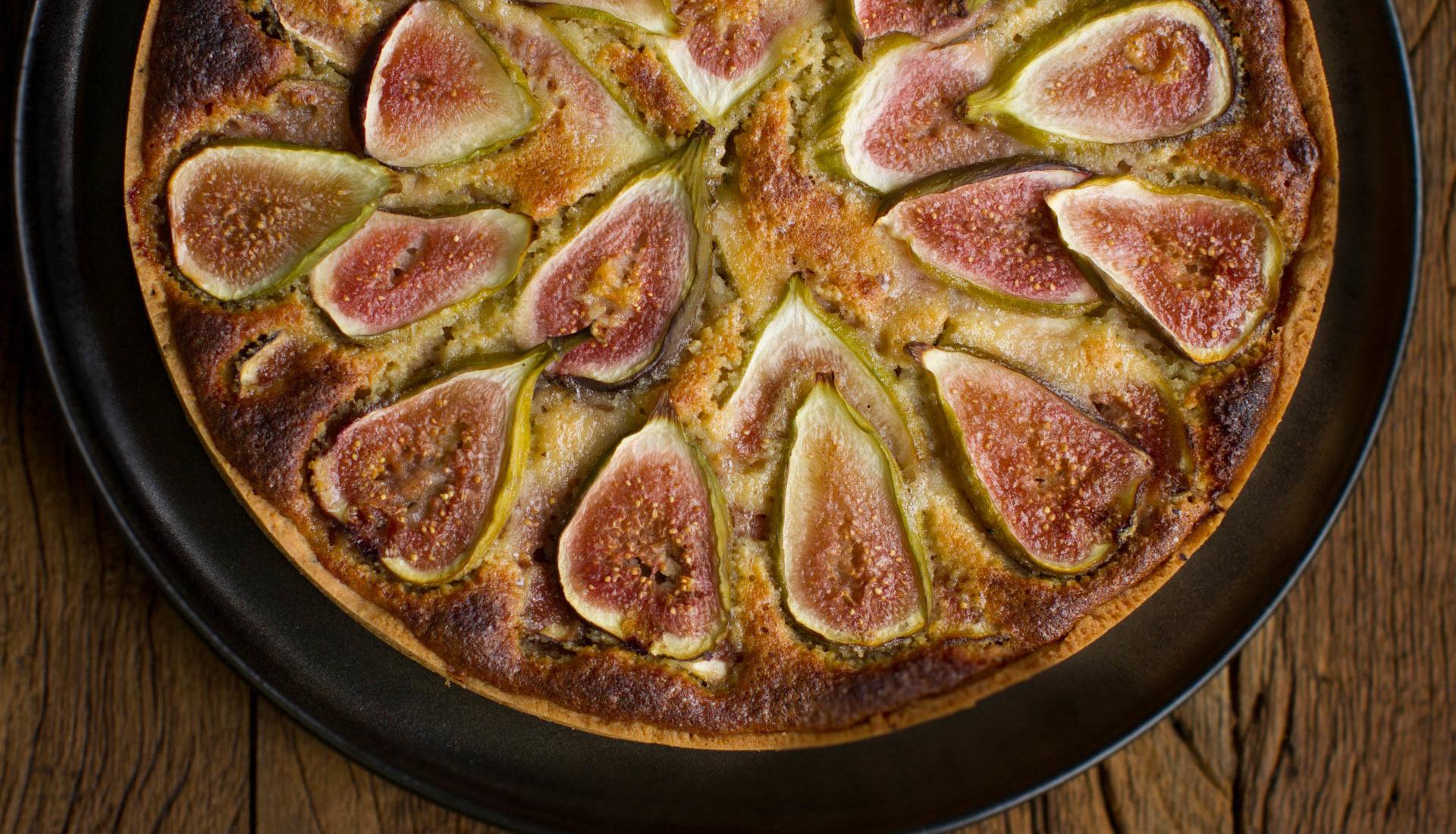 Torta cremosa de amêndoa com figos e mel