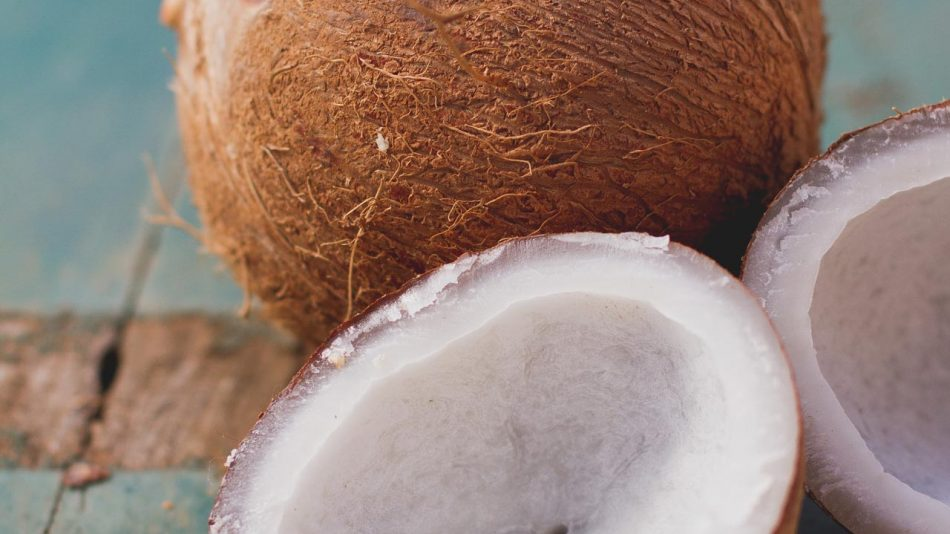 O processo para abrir o coco é simples: